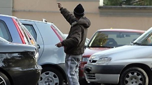 Bari, parcheggiatore abusivo picchia automobilista: arrestato
