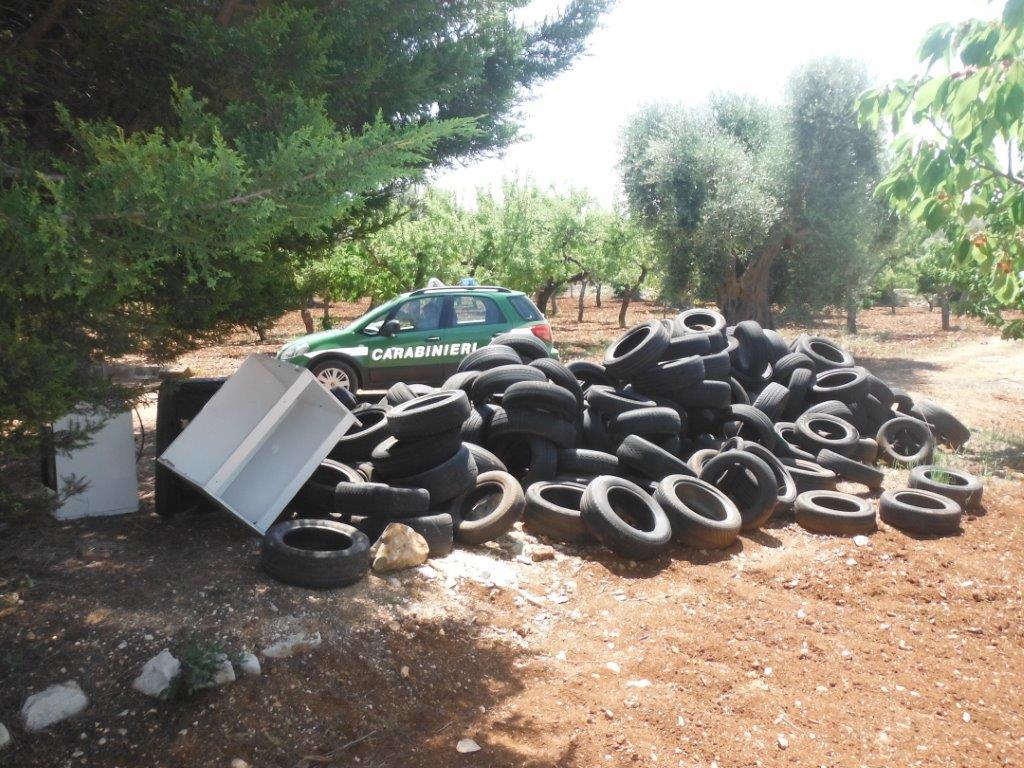 Conversano, smaltimento illecito di rifiuti: trovati vecchi elettrodomestici e oltre 200 pneumatici