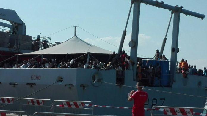 Bari, sbarcano oltre 640 migranti: fra loro molti neonati e donne incinte