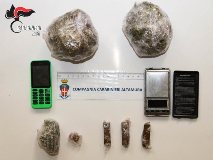 Hashish, cocaina e proiettili in camera da letto: arrestato pusher 55enne