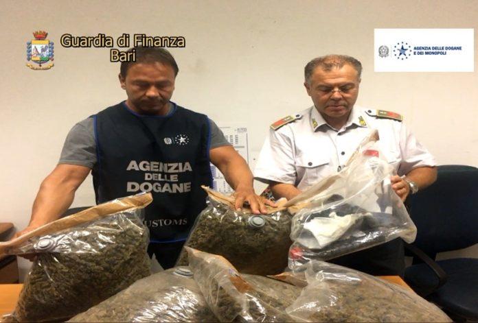 Pesa un panetto di hashish sulla bilancia del supermercato, arrestato 23enne