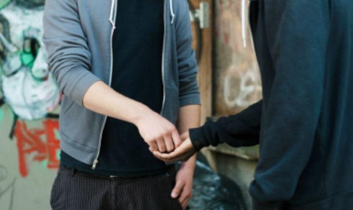 Cocaina nell'auto e marijuana nascosta nel cortile condominiale, 31enne arrestato per spaccio