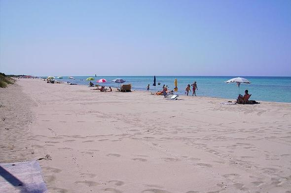 Matrimonio In Spiaggia Ugento : Lecce malore durante un bagno turista muore sulla spiaggia di ugento