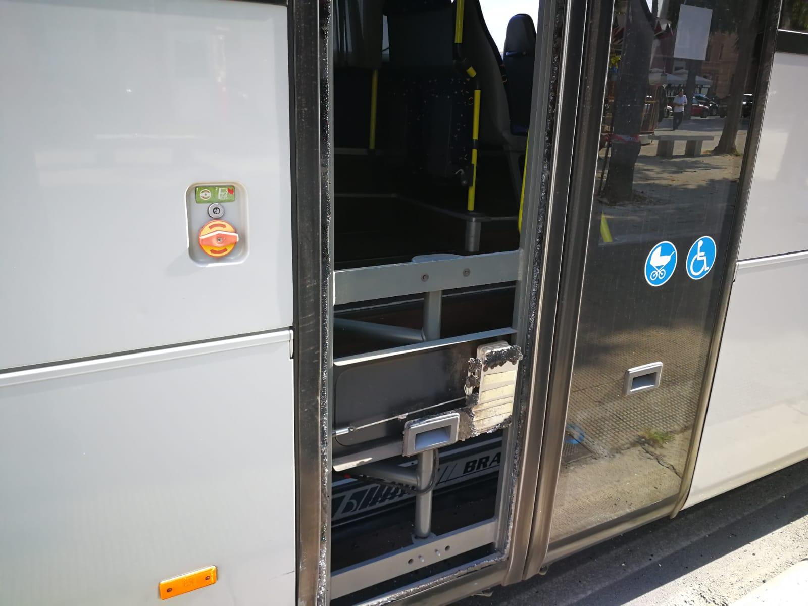 Bari incidente fra pullman e furgone sul lungomare - Autobus prima porta ...