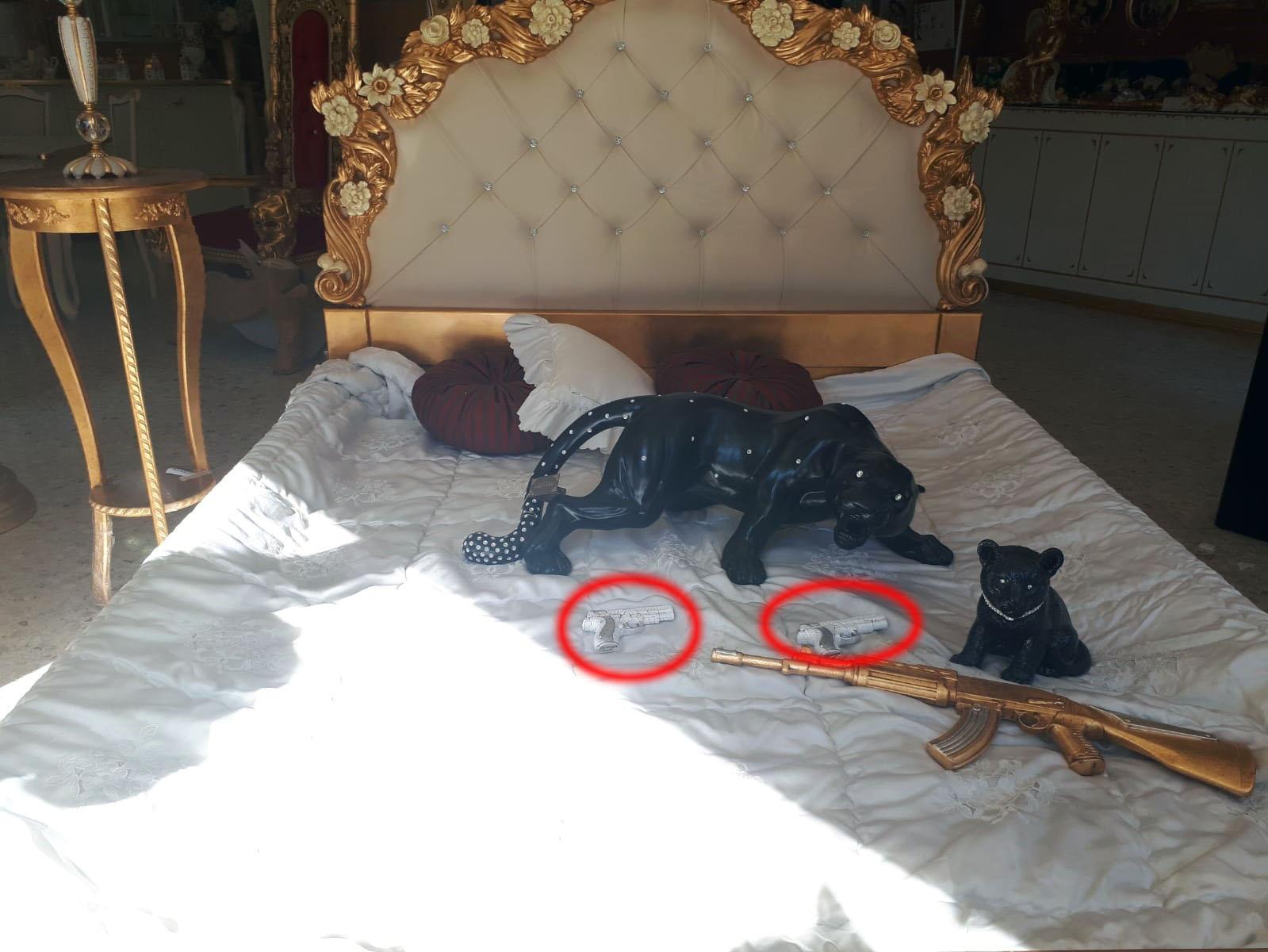 Bomboniere Matrimonio Bari.Bari Mitra E Pistole Nella Vetrina Del Negozio Armi In Ceramica