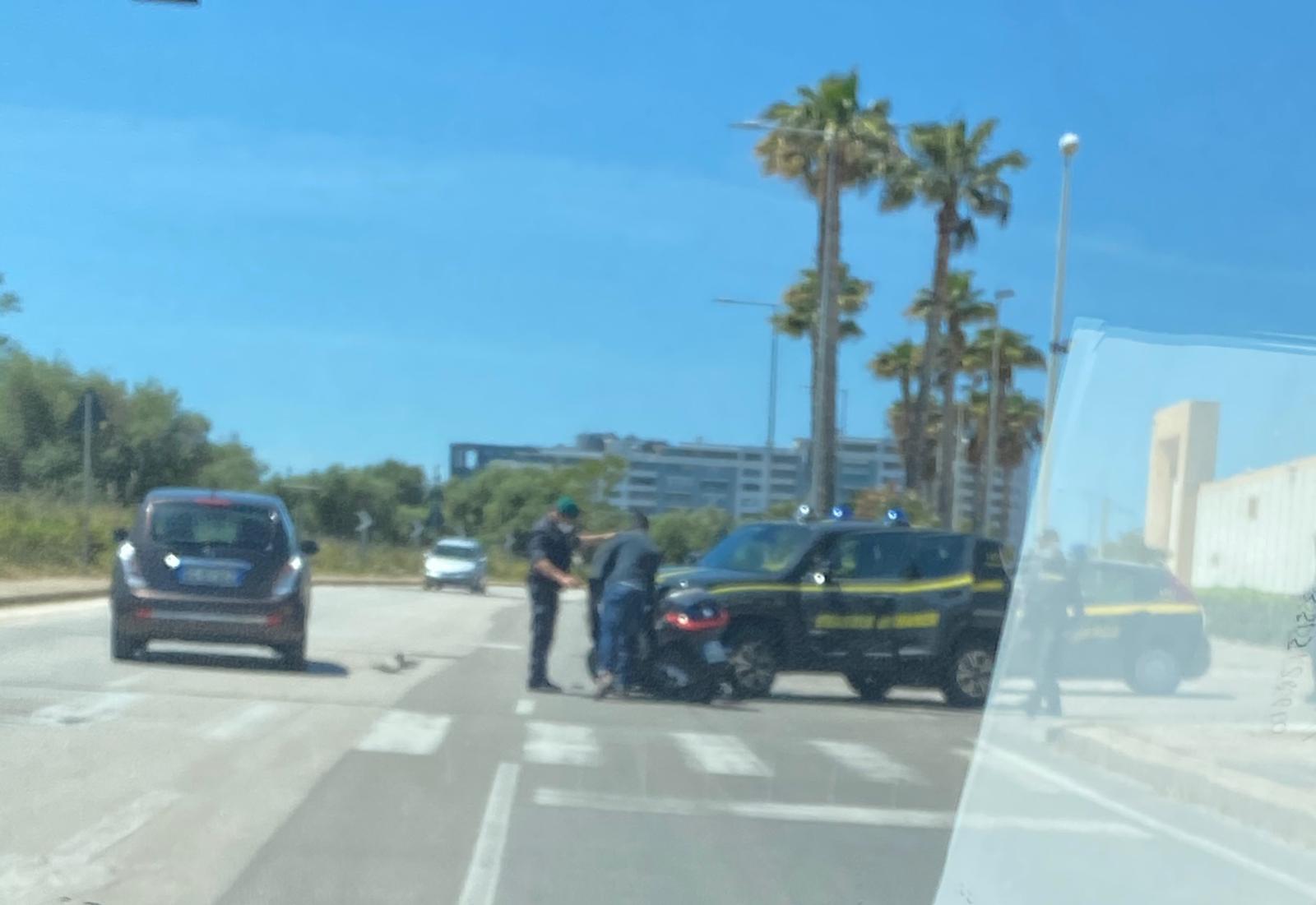 Bari, scooter contro l'auto della Finanza: incidente fuori ...